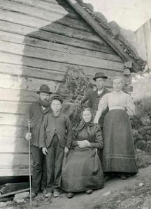 Jonas og Anna Førre med dei tre borna stiller opp for fotograf Alice Archer ein gong midt i 1890-åra. Jonas var handelsmann i Jøsenfjorden. Han står til venstre med hoven, kona Anna sit i midten. Borna er frå venstre Jone, Kleng og Marta. Skinnet på veggen kan vera eit bjørneskinn.
