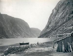 Frå stranda i Førebotn med utsikt utover fjorden. I Førefjorden, den inste delen av Jøsenfjorden, reiser fjella seg hoggbratte på begge sider.