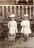 Tvillingsøstrene Ruth og Esther Archer (f. 1886) i hagen på Rophaug.