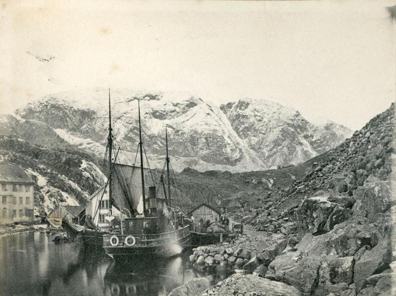 Vi er truleg i Oltesvik ved Høgsfjorden, i noverande Gjesdal kommune. Familien Archer reiste på tur hit med seglbåten.