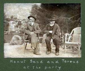 """""""Kanut Sand and Toreus at the party"""" står det under dette bildet i albumen frå 1913. Det er nok Knut Lagarhus Sand (1853-1916) og Torjus Fatnes (1833-1919)."""