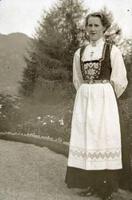 Serina Karlsen (1890-1963) frå Sand tente hos Archer'ane i fleire år i ungdommen. Ho gifte seg med Ola Brommeland i 1915. Bildet er frå 1912-1913. Foto: Miss Law.