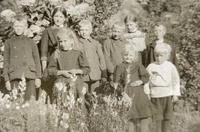 Ungar frå Sand i hageselskap på Rophaug i 1912-1913. Foto: Miss Law.