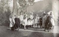 Utkledde jenter i hageselskap på Rophaug i 1912-1913. Foto: Miss Law.