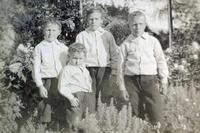 Gutar i hageselskap i 1912-1913. Dei er likt kledde – kan dei vera brør? Foto: Miss Law.