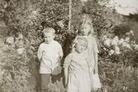 To jenter og ein gut i hagen på Ropeid. Foto: Miss Law.