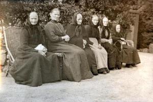 Seks eldre kvinner frå Sand på rekke og rad i hagen på Rophaug. Foto: Miss Law.