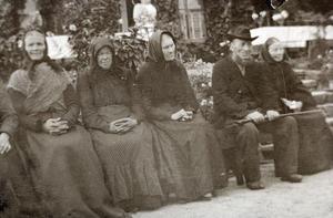 Fire kvinner og ein mann i hageselskap på Rophaug. Foto: Miss Law.