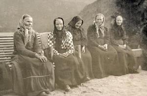Fem eldre kvinner i hageselskap hos Alice Archer på Rophaug. Stort plagg på hovudet høyrde med, sjølv om det var sommar. Kvinnene er frå venstre Kari Brakaskar, Ingrid Bakken, Gundla Lunde, Ingrid Flaatnes og Gurina Huus. Foto: Miss Law.