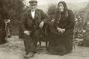 Eldre ektepar frå Sand i hageselskap på Rophaug i 1912-1913. Dei gjekk i mørke og tjukke klede også om sommaren. Foto: Miss Law.