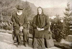 Eldre ektepar frå Sand i hageselskap på Rophaug i 1912-1913. Desse kjenner vi namna på. Dei heiter Halvor Torjussen og Ingeborg Mikkelsdotter. Han var her 82 år gammal, ho var 15 år yngre. Foto: Miss Law.