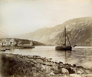 Fullasta vedjekt sig ut frå kaien ved handelsstaden på Vadla i Jøsenfjorden i 1888.