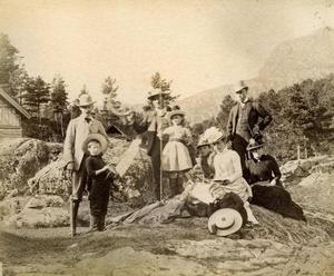 Familien Archer på tur med engelske gjester ein sommardag i 1888. Frå venstre A. Egerton Leigh, Edward Archer, Walter Archer, Olive Acher, ukjend dame, Alice Archer med sonen Harold framfor seg. Dei to til høgre kjenner vi ikkje namna på.