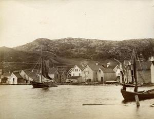 Sandsvikja i 1888 med farty, naust, sjøhus og bustadhus. Vi ser Rasmussen sitt sjøhus og krambu til venstre. Det kvite huset i midten høyrde til Arnfinsen. Sjøhuset til høgre høyrde til handelsmann Hylen, og det neste sjøhuset vart brukt til ishus av Kaarhus Hotell.