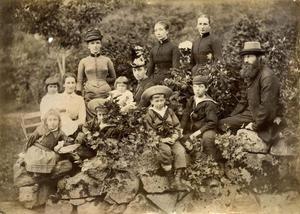 Familieutflukt med vener i 1888. Alice Archer sit til venstre med kvit kjole med dei kvitkledde tvillingjentene Ruth og Esther rundt seg. Framme på steingarden sit dei eldre borna Olive, Harold og Edward. Dei andre personane er ukjende.