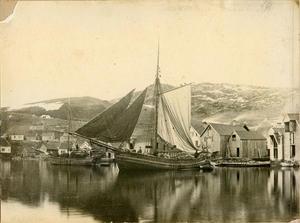 """Jekter på Sandsvikja i 1887. Jekta til venstre er """"Frøyja"""", som kunne lasta 60 til 70 favnar ved. Her har ho høy om bord. Jekta i framgrunnen er ukjend og seg ut til å ha ved inne. Den første høyrde til Iver Iversen på Sand, den andre kan også vera ei Iversenjekt."""