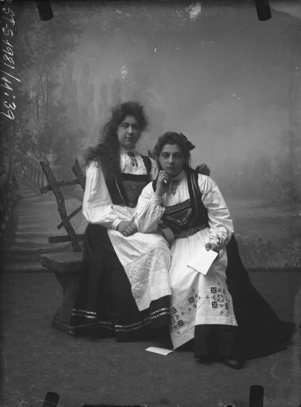 Atelierportrett av to ukjente kvinner i bunad. Motivet er antageligvis tatt i Florø mellom 1904-1908. Foto: Julie Lund/MUST-Stavanger maritime museum.