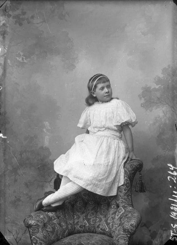 Ung jente på stolrygg. Motivet er antageligvis tatt i Florø mellom 1904-1908. Foto: Julie Lund/MUST-Stavanger maritime museum.