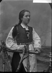 Ukjent kvinne i hardangerbunad. Foto: Julie Lund/ MUST-Stavanger maritime museum.