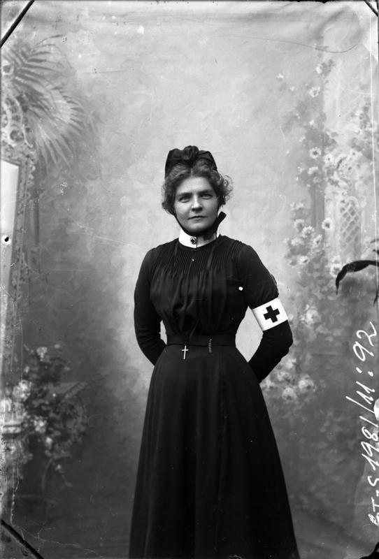 Fig. 10. En ukjent sykepleier, motivet er antageligvis fra fotograf Bergs atelier i Florø, 1904-1908. Foto: Julie Lund/MUST-Stavanger maritime museum.