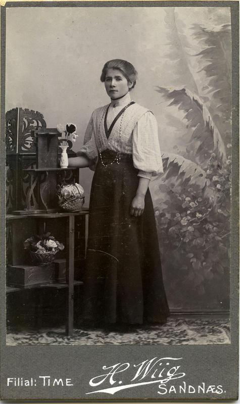 Var det ei kvinnehand bak dette fint komponerte portrettet av Tabitta P. G. Haarr (1887 – 1913) frå rundt 1907? Fotokartongen viser at Wiig hadde filial på Bryne.   Foto: Fotofirma H. Wiig. Privat samling. Statsarkivet i Stavanger.