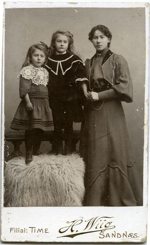 """Unge kvinner var flittige gjester hos fotografen dei åra visittkortportretta var mote. Dei bytta portrett seg i mellom og hadde fine album som gjerne låg sentralt på bordet i bestestova. Desse fungerte som den tids """"facebook"""". Det kan sjå ut for at kvinnene gjerne oppsøkte kvinnelege fotografar. Her er søstrene Rakel (f. 1901) t.v. og Maria (f. 1899) Malmin frå Sandnes saman med mostera, Rakel Haarr (f. 1887) frå Hårr.    Foto: Fotofirma H. Wiig. Privat samling. Statsarkivet i Stavanger."""