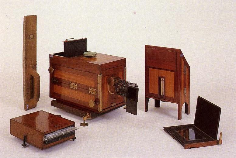 Det var ikkje lett å fotografera i 1839. Her er utstyret som skulle til. I tillegg kom fleire typar kjemikaliar. Foto: Norsk Teknisk Museum.