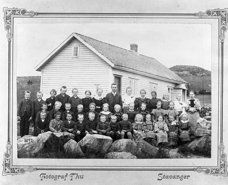 Då Rasmus P. Thu fotograferte skulen på heimegarden Tu i Klepp i 1897, hadde han to Amerika-opphald bak seg og ei lengre erfaring som fotograf enn i 1889. Både når det gjeld teknisk utføring, motivkomposisjon og kartongtype stiller dette fotografiet i ein annan klasse enn det tilsvarande frå Mæland skule i 1889 (sjå fig. 3). I åra 1897-1900 og særleg i åra 1912-1920 var Rasmus P. Thu truleg den mest produktive skulefotografen i landkommunane i Rogaland. Foto: R. P. Thu, Stavanger.