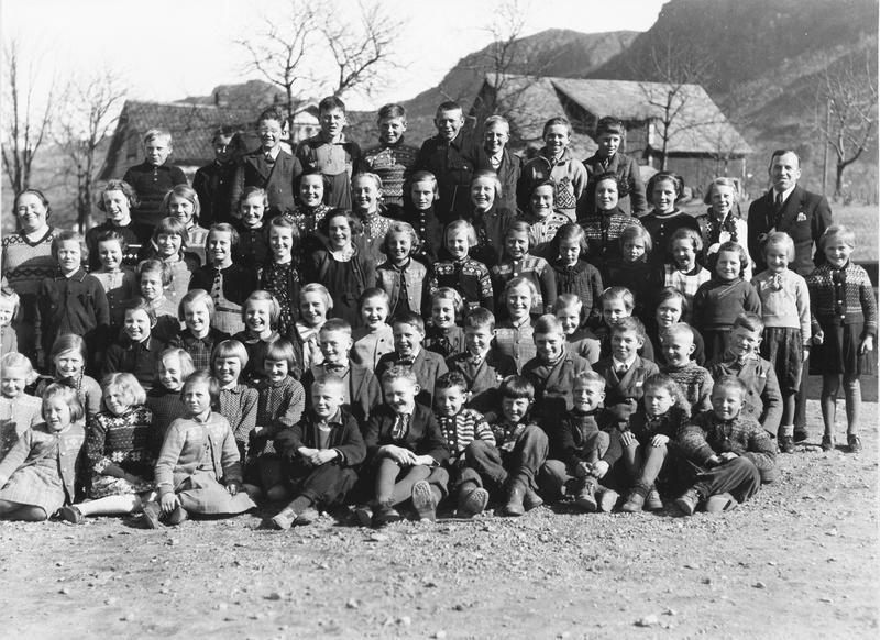 Fotograf Sommer frå Oslo besøkte skulane i Rogaland i åra 1935-1939. Det er ikkje kjent om han var i alle kommunane i fylket. Sommer fotograferte i alle fall svært mange skuleklassar i jærkommunane. I Ryfylke var han på Vestbø skule i Sandeid (Vindafjord kommune) våren 1939. Kanskje var dette den første profesjonelle fotografen som besøkte skulen etter 1919 (sjå fig. 10). Foto: I. Sommer, Oslo.