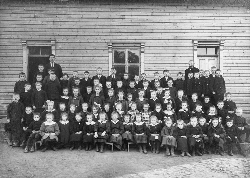 Dette fotografiet frå 1919 av elevar og lærarar ved Vestbø skule i Sandeid (Vindafjord kommune), manglar fotograf-opplysningar, men det er ikkje usannsynleg at R. P. Thu var opphavsmannen. Thu var nemleg ein svært aktiv skulefotograf i åra mellom 1910 og 1920, også i denne delen av Ryfylke. Foto: Ukjend, truleg R. P. Thu, Stavanger.