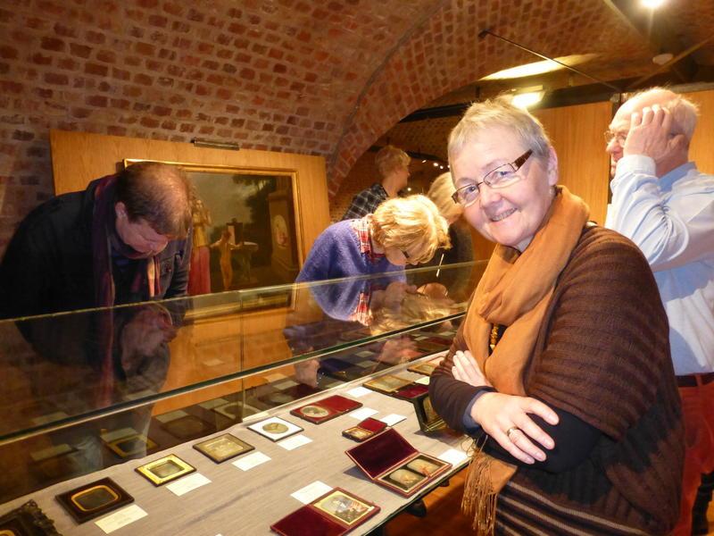 Preus museum, det nasjonale fotomuseet i Horten, har ei stor samling daguerreotypi. Her studerer Målfrid Grimstvedt ved Jærmuseet nokre av dei i samband med første styremøtet hennar ved museet, 27. februar 2014. Målfrid Grimstvedt er nå medlem av museumsstyret for perioden 2014 - 2017. Foto: Lisabet Risa