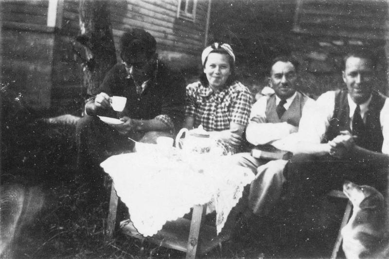 Utenfor stuehuset i Tøsseteigen på Djuve. Fra venstre svigersønnen Hans Reichwald, datteren Edith, Moritz Rabinowitz og Stener Askeland som styrte forretningen i Haugesund.