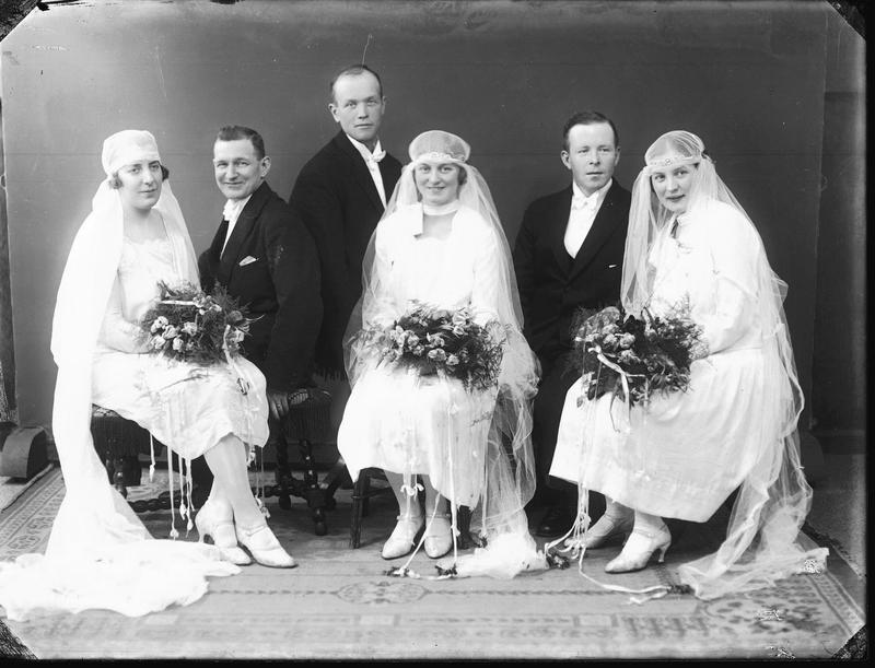 De tre brudeparene Haraldsen, Eikehaug og Svolland fotogarfert i atelieret i 1927. Foto: MHB-F.003565, Margit Petersen/Karmsund folkemuseums fotosamling.