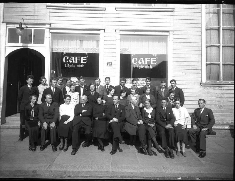 Personalet på kafèen L. Kyviks Minde, fotografert på gaten utenfor. Datering ukjent. Foto: MHB-F.003663, Margit Petersen/Karmsund folkemuseums fotosamling.