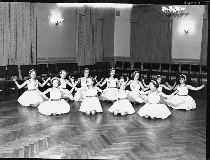 Fra forestillingen «Rosen», Søstrene Meyers danseskole, 1952. Foto: MHB-F.003865, Margit Petersen/Karmsund folkemuseums fotosamling.