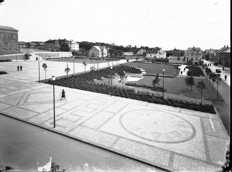 Rådhusplassen og rådhuset i Haugesund, 1949. Foto: MHB-F.003919, Margit Petersen/Karmsund folkemuseums fotosamling.