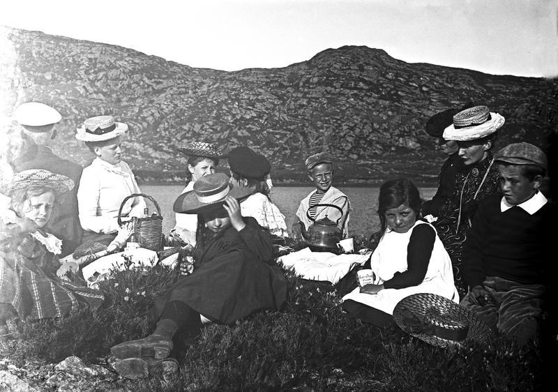Utflukt og rast i byheiene i Haugesund, rundt 1900. I bakgrunnen sees Krokavatnet. Området var et populært utfluktsmål på denne tiden. Fotograf: Thea Larsen, MHB-F.007796, Karmsund folkemuseums fotosamling.