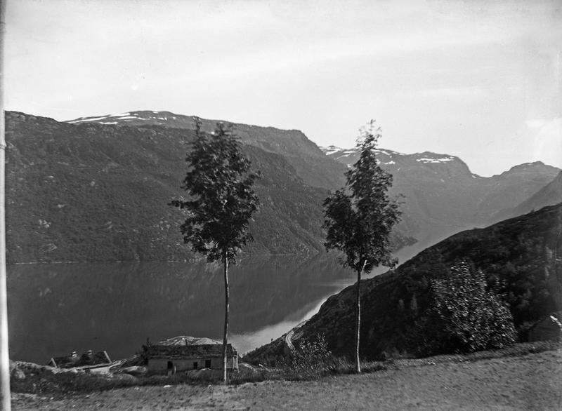 Stemningsbilde med Røldalsvatnet i bakgrunnen. Fotograf: Thea Larsen, MHB-F.007828, Karmsund folkemuseums fotosamling.