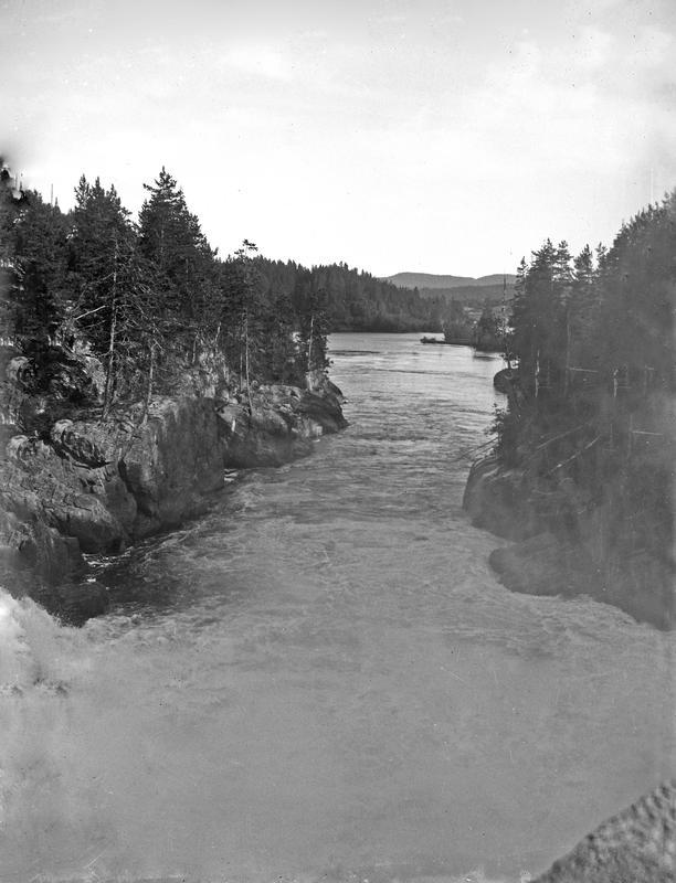 Her er det benyttet høydeformat for å framheve den ville fossen og elven. Slike utsnitt var vanlige i landskapsfotograferingen. Fotograf: Thea Larsen, MHB-F.007839, Karmsund folkemuseums fotosamling.