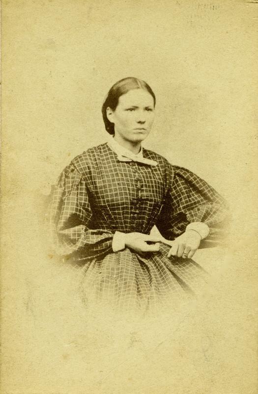 Portrett av Thea Larsen. Dette kan være Thea Larsen som konfirmant i 1862. Ukjent fotograf. MHB-F.010415, Karmsund folkemuseums fotosamling.