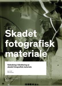 Boka Skadet fotografisk materiale - Veiledning i håndtering av skadet fotografisk materiale av Jens Gold, Preus Museum.