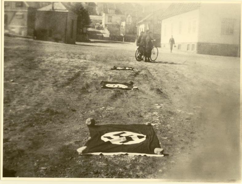 Den 9. april 1940. Mosbekk. Okkupantene viser ved flagg at Egersund er hærtatt.