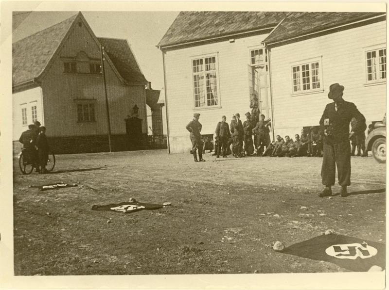 Den 9. april 1940. Mosbekk. Her ble Folkets hus og Evangeliehuset tatt i bruk som soldatforlegninger. For å unngå luftangrep fra egne fly viste okkupantene ved flagg at Egersund er var under kontroll.