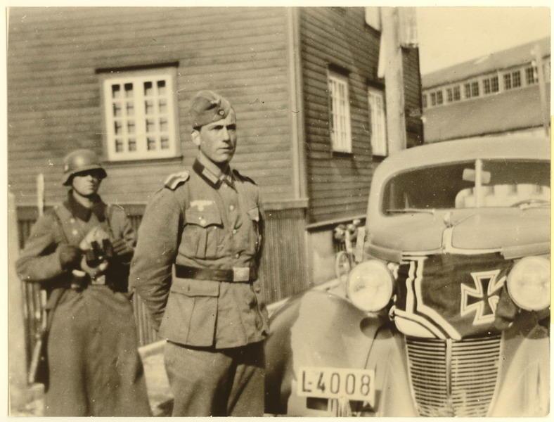 Den 9. april 1940. Folkets hus, Mosbekk. Okkupasjonssoldater med beslaglagt norsk bil.