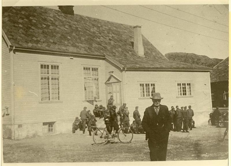 9. april 1940. Okkupasjonssoldater ved Evangeliehuset, Egersund.