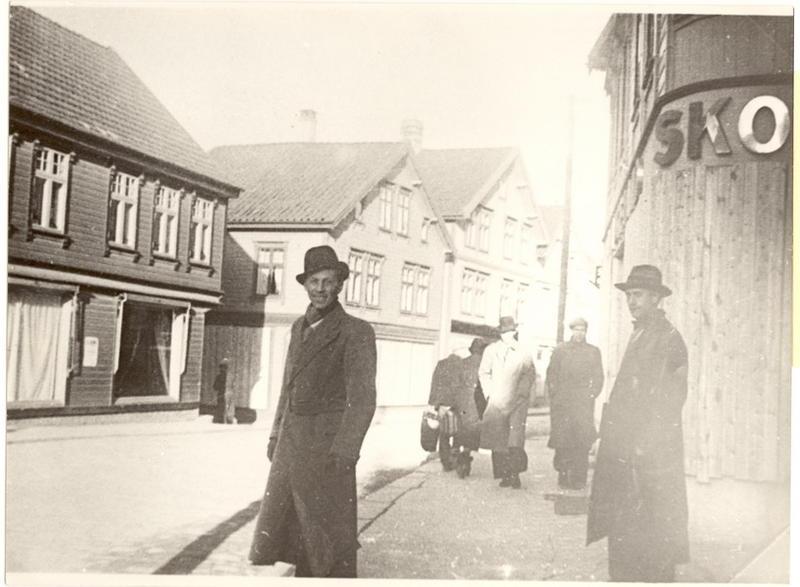 10. april 1940. Ryktene om at de allierte ville bombe Egersund førte til at det ble montert lemmer foran vinduene og folk rømte byen. Storgaten.