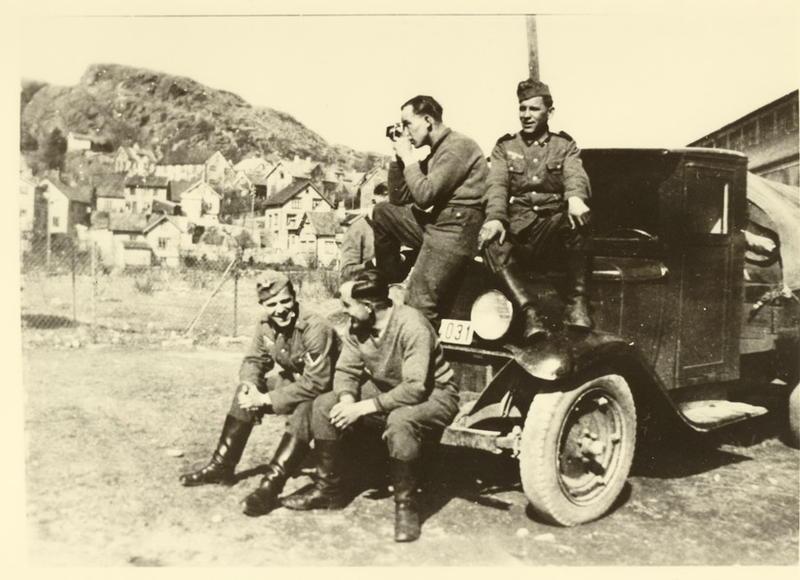 April 1940. Okkupasjonssoldater ved Folkets hus, Egersund.