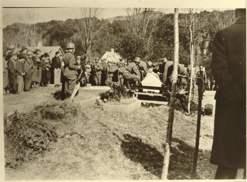 Egersund kirkegård, Årstad 17 april 1940. Begravelse av tysk flyger som hadde forulykket. En rekke sivile nordmenn var også møtte fram til gravferden.