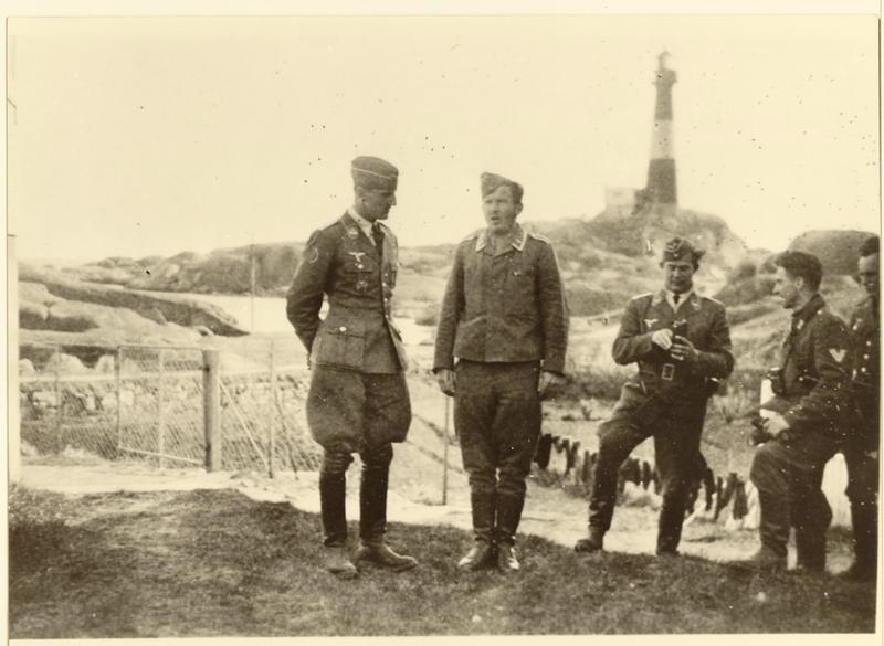 Sommeren 1940. Tyske offiserer ved Eigerøy fyr.