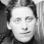 Eriks søster, Inga Sofie Torjusen, som også jobbet som fotograf for E. H. Torjusen. Cirka 1885. Foto: E. H. Torjusen, DFF-EHT0076 (utsnitt).